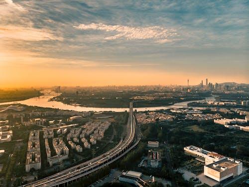 Fotobanka sbezplatnými fotkami na tému breh rieky, budovy, cesta, letecký záber