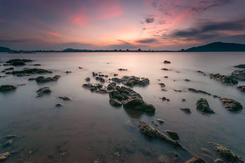 反射, 天空, 岩石, 岸邊 的 免費圖庫相片