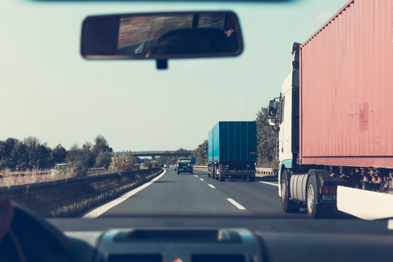 Foto d'estoc gratuïta de arbres, automoció, camions, carretera
