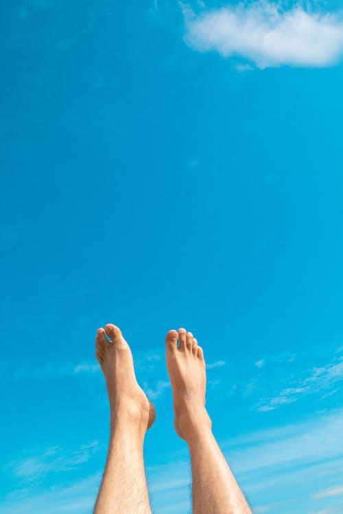 Kostenloses Stock Foto zu blauer himmel, füße, spaß, tageslicht