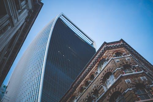 Безкоштовне стокове фото на тему «архітектура, багатоповерховий, будівлі, жаб'яча перспектива»