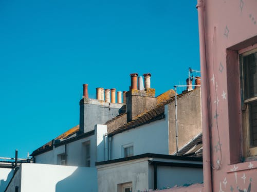 Foto stok gratis Arsitektur, atap, bidikan sudut sempit, cerobong asap