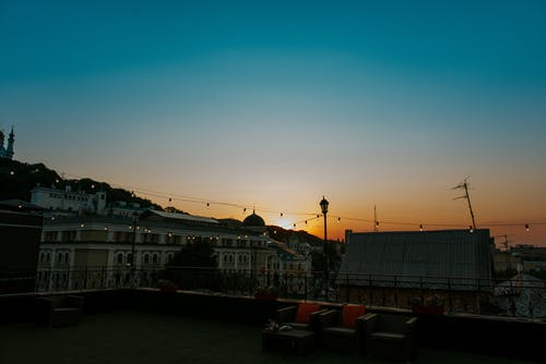 açık, akşam, arkadan aydınlatılmış, balkon içeren Ücretsiz stok fotoğraf