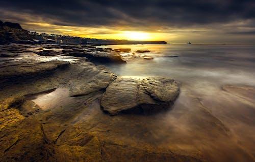 Foto profissional grátis de alvorecer, beira-mar, cair da noite, escuro