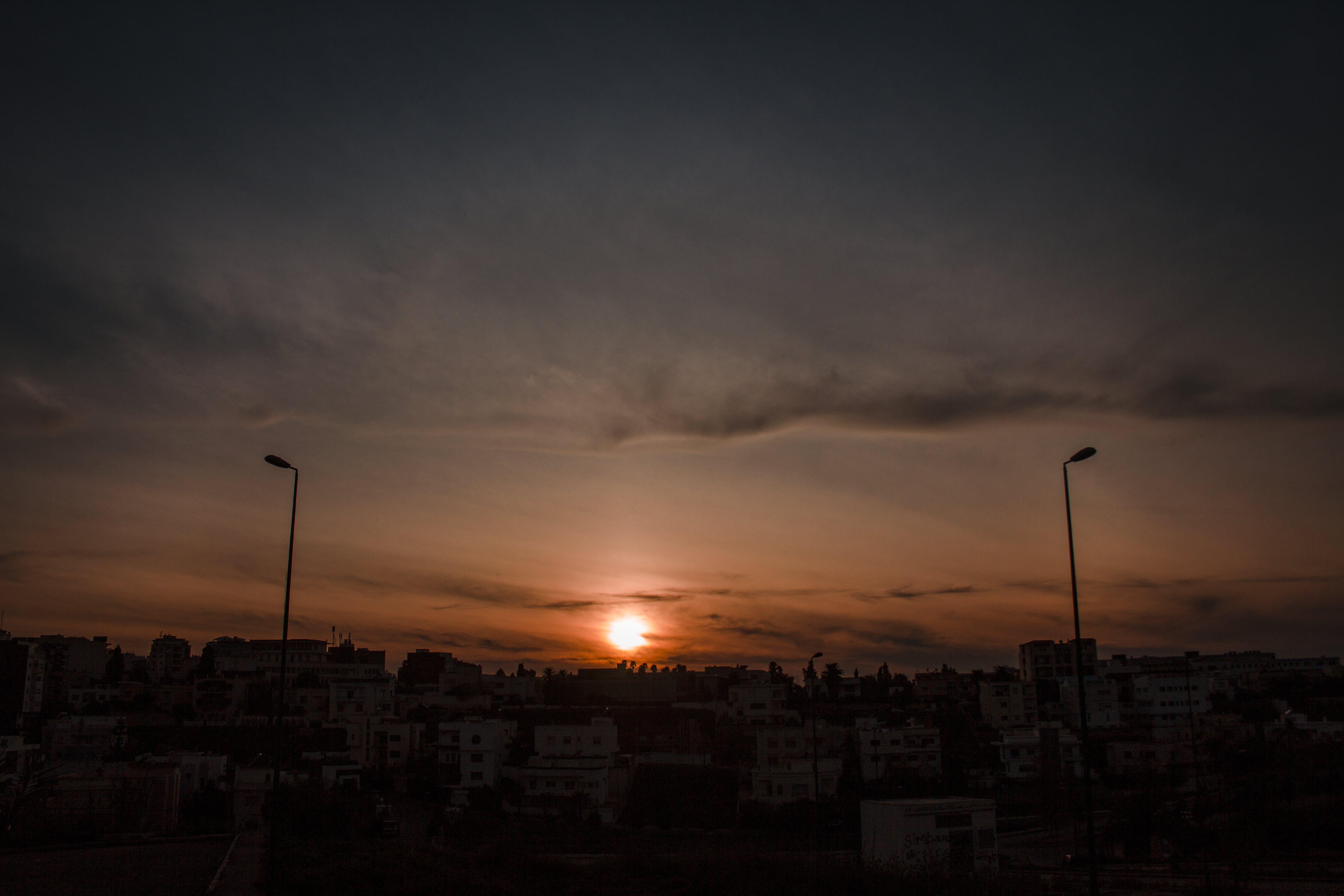 africké etnikum, atmosférický večer, dramatická obloha