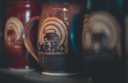 Ilmainen kuvapankkikuva tunnisteilla antiikki, kahvikuppi, kahvimuki, keskittyminen