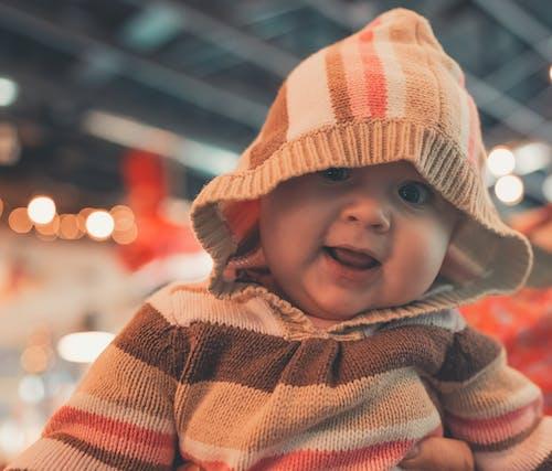Foto d'estoc gratuïta de abrigat, adorable, amb caputxa, bebè