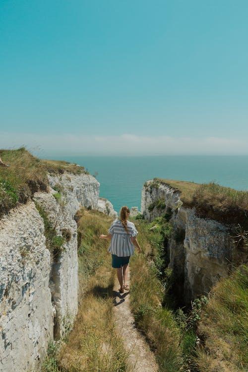 Gratis arkivbilde med dagslys, gå, hav, klippe