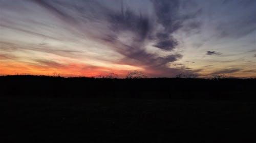 Gratis arkivbilde med fargerike solnedgang, lys og skygge, skyer, solnedgang