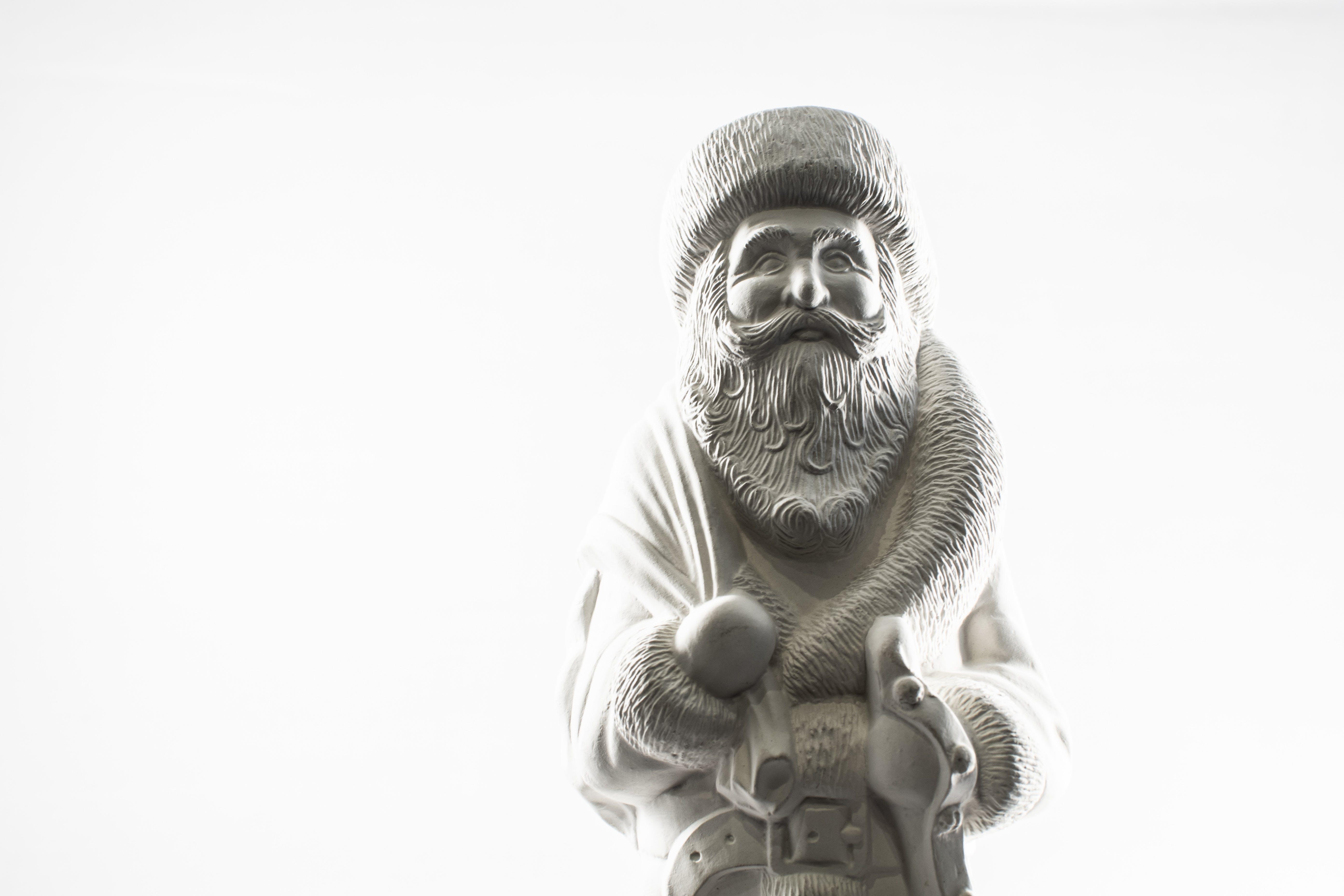 Kostenloses Stock Foto zu schwarz und weiß, skulptur, statue, weihnachtsmann