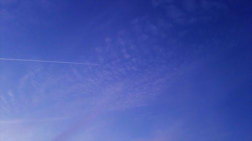 Gratis arkivbilde med åpen himmel, blå himmel, jetfly, kondensstriper