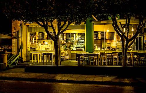 Безкоштовне стокове фото на тему «Windows, архітектура, Будівля, вечір»