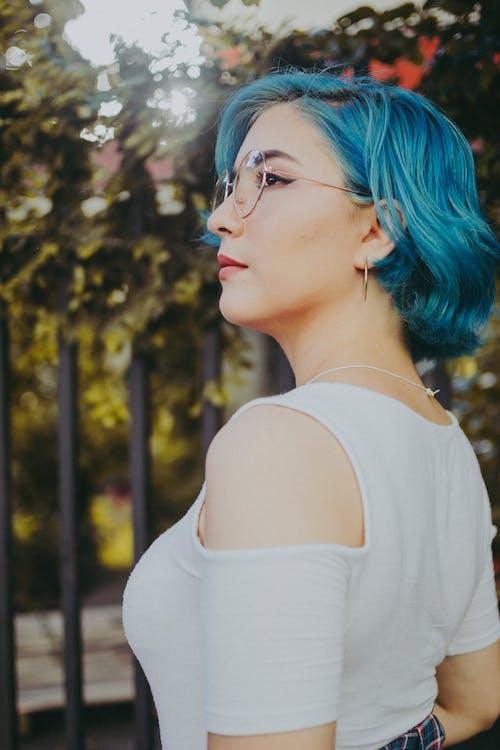 Gratis arkivbilde med blå, blått hår, briller, bruke