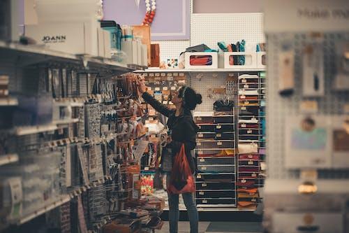 女性の買い物