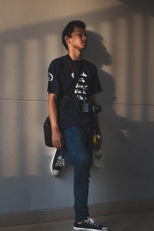 Homme Appuyé Sur Le Mur