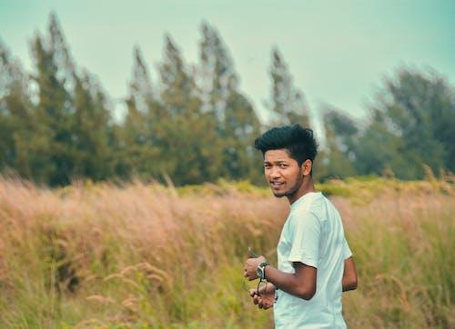 一个男孩和树木 的 免费素材照片