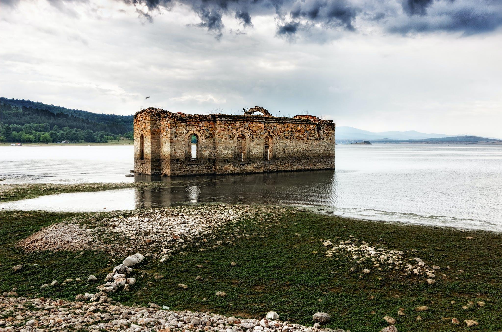 Δωρεάν στοκ φωτογραφιών με αρχιτεκτονική, βράχια, γρασίδι, εγκαταλειμμένος