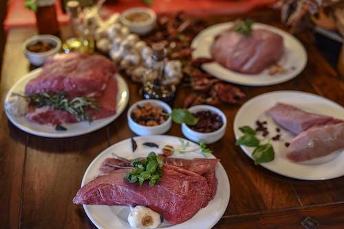 Biftek, çiğ et, dengeli beslenmek, domates sosu içeren Ücretsiz stok fotoğraf