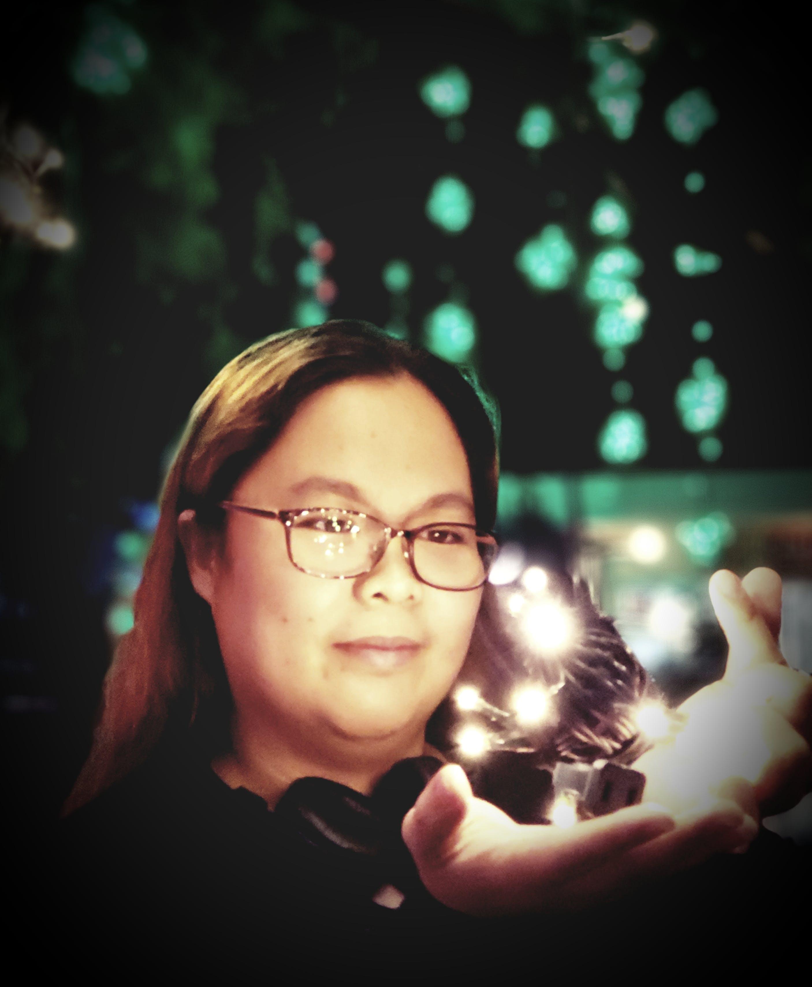 Základová fotografie zdarma na téma brunetka, brýle, dioptrické brýle, led světla
