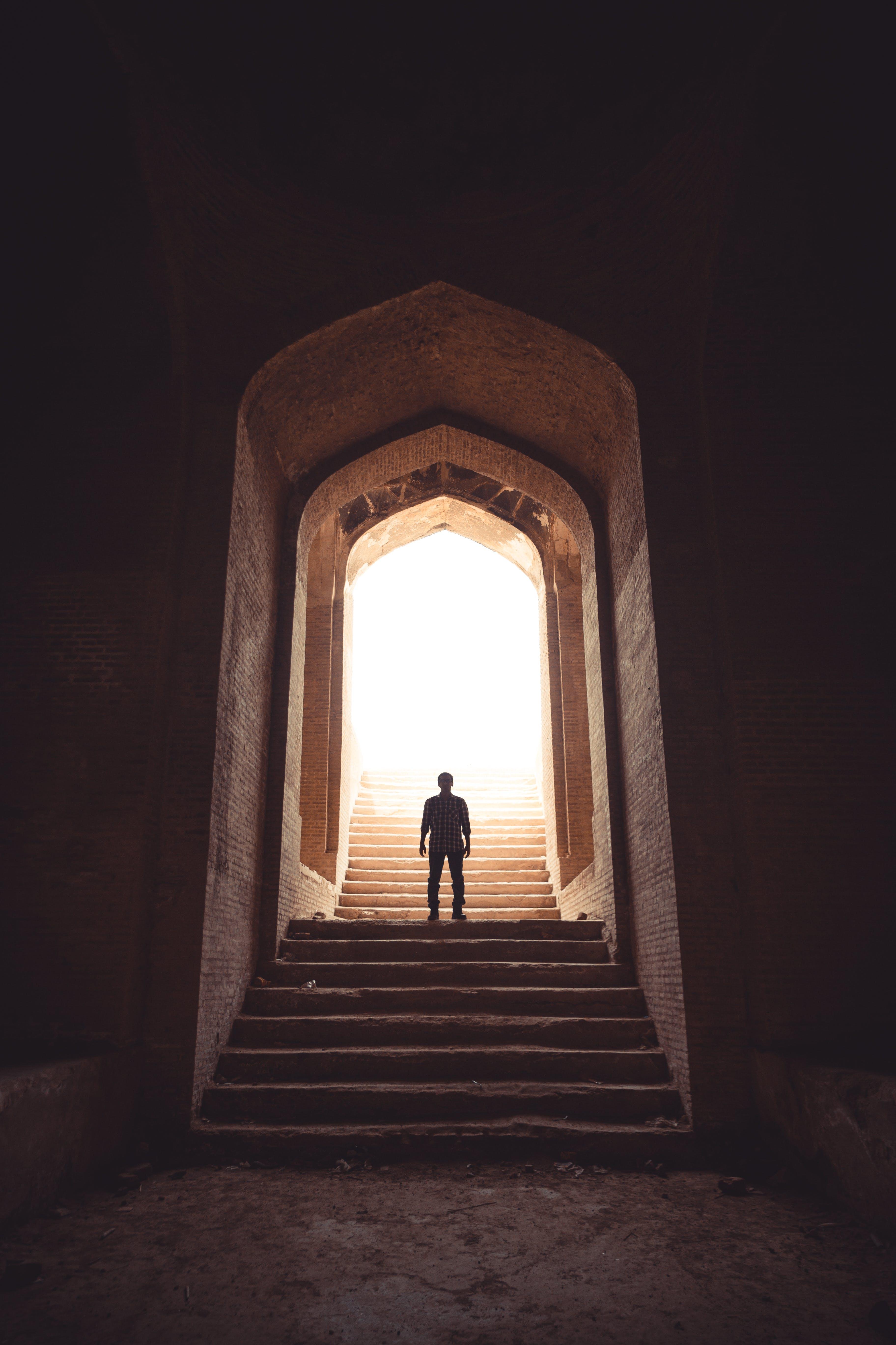 adam, adımlar, aşındırmak, duvarlar içeren Ücretsiz stok fotoğraf