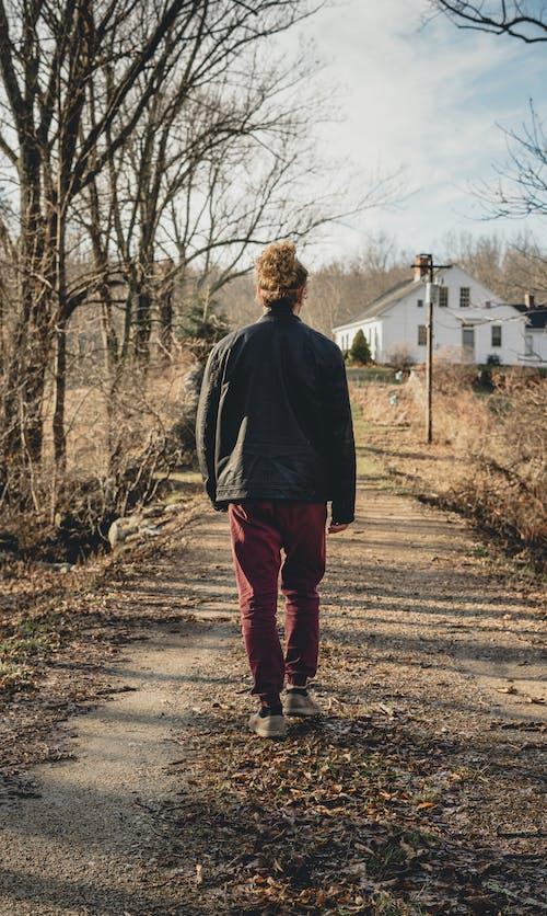 Darmowe zdjęcie z galerii z chodzenie, kontrast, męski, model