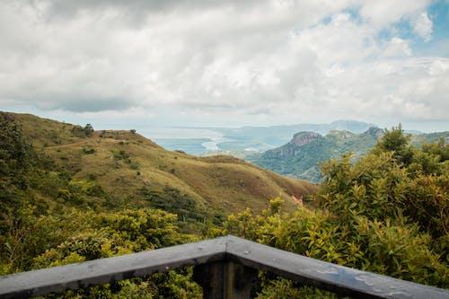 ağaç, bulutlar, dağ, gökyüzü içeren Ücretsiz stok fotoğraf