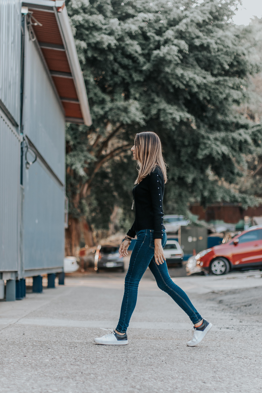 Бесплатное стоковое фото с женщина, мода, одежда, ходьба