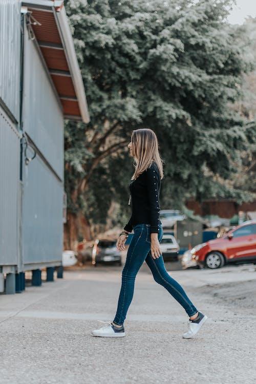 女人走路的照片