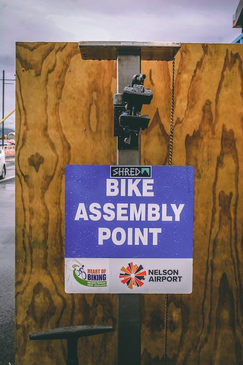Foto stok gratis berdiri, sepeda berdiri, titik perakitan sepeda