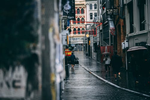 Foto stok gratis Arsitektur, bangunan, basah, berjalan