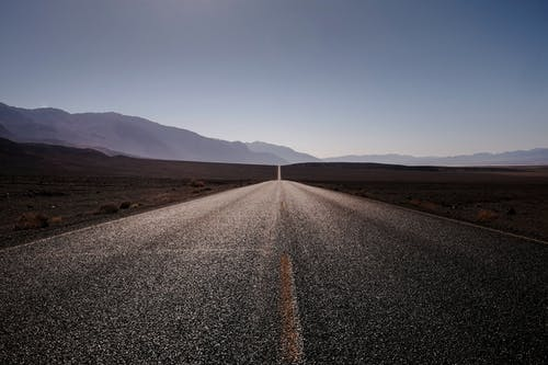 asfalt, boş yol, dağlar, doğa içeren Ücretsiz stok fotoğraf