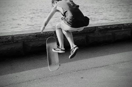 Kostenloses Stock Foto zu ärmellos, grau, graustufen, männlicher skateboardfahrer