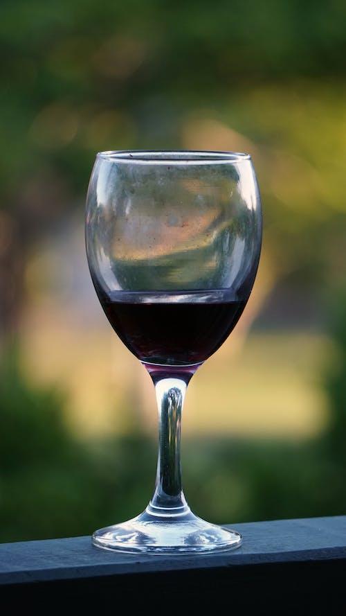 Ingyenes stockfotó borospohár, elmosódott háttér, pohár, vörösbor témában