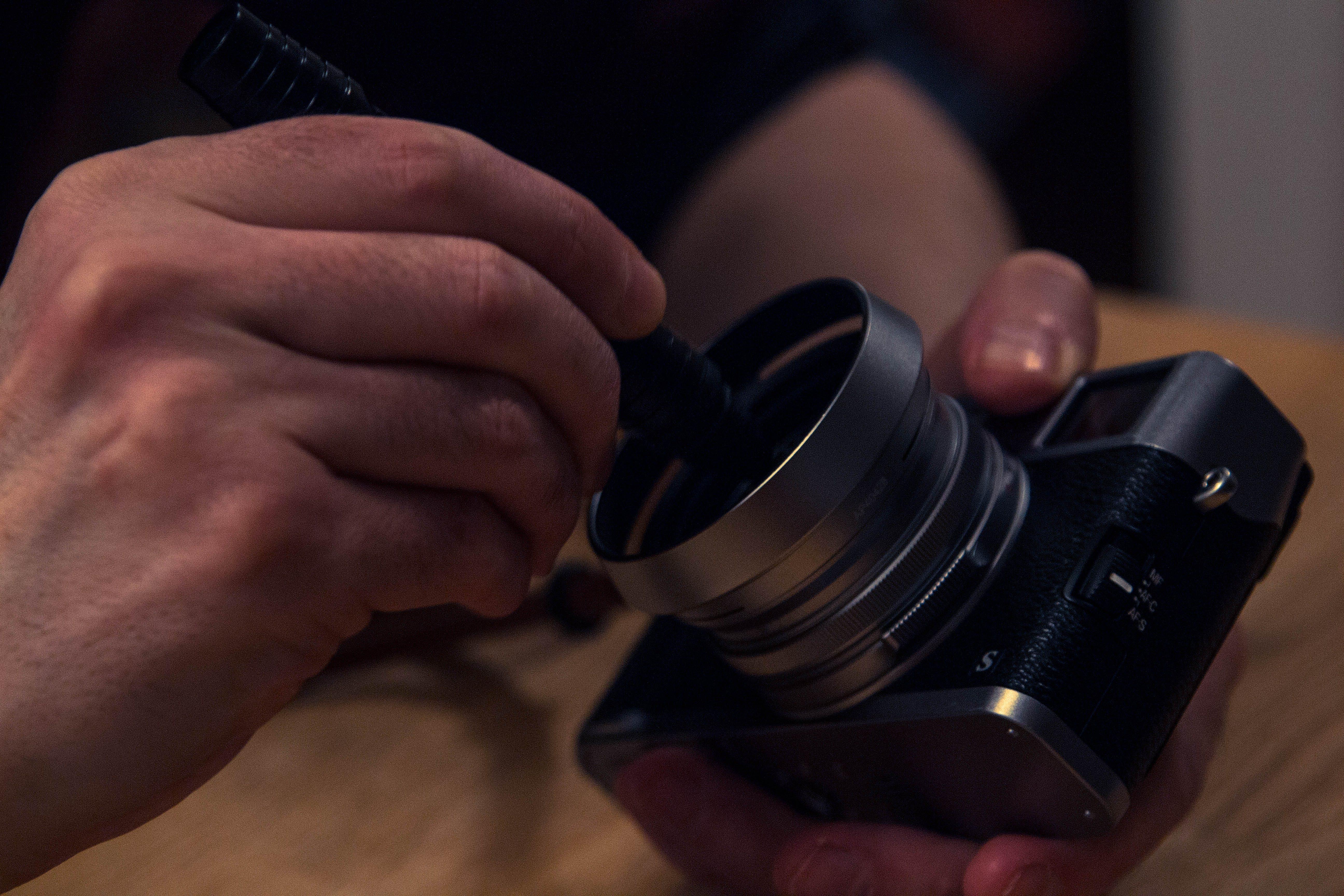 fényképezőgép, kéz, lencse