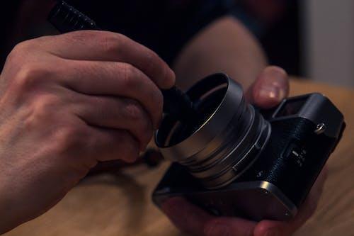 Foto stok gratis kamera, lensa, pembersihan, tangan