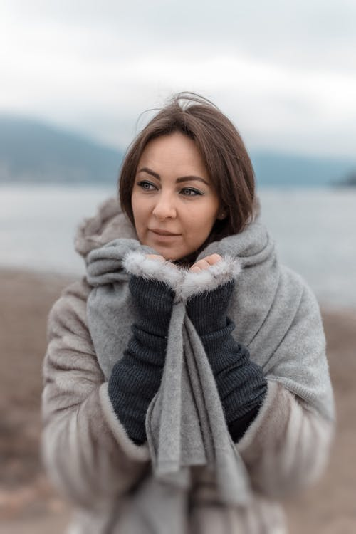 Kostnadsfri bild av brunett, kall, kvinna, scarf