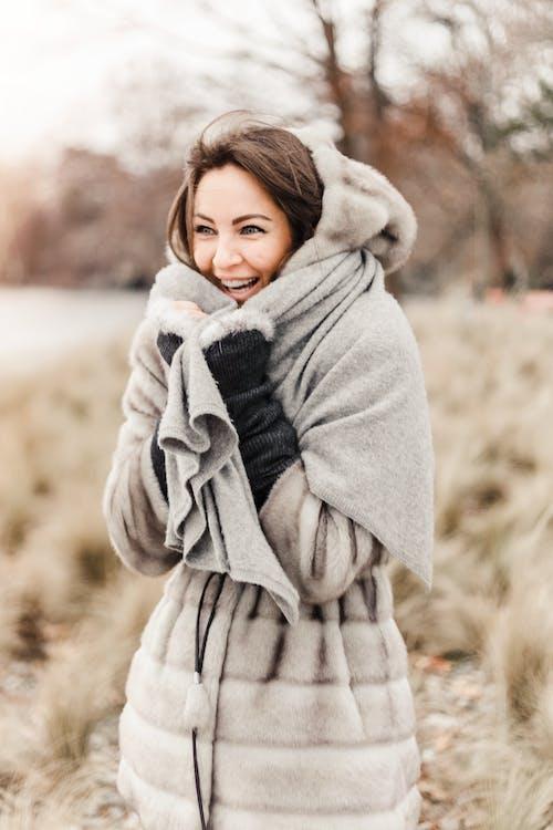 冷, 大衣, 女人, 快樂 的 免费素材照片