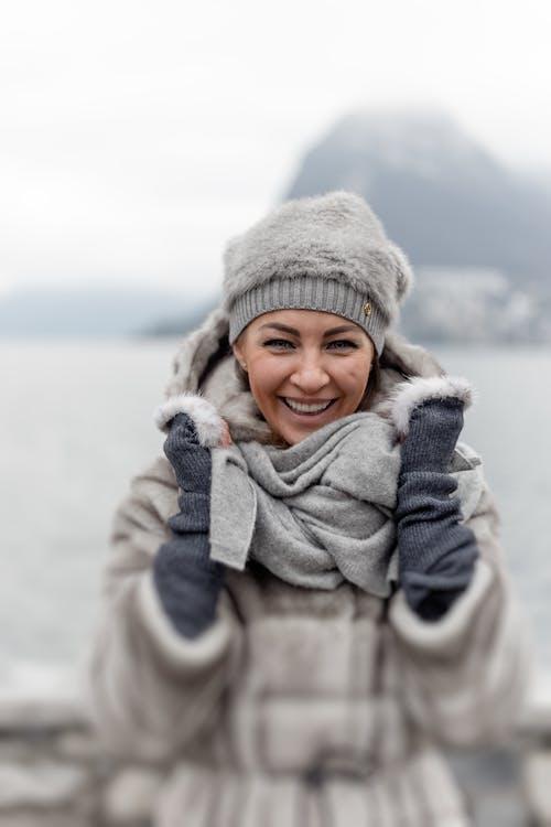 Foto d'estoc gratuïta de abric d'hivern, boina de llana, bufanda, constipat