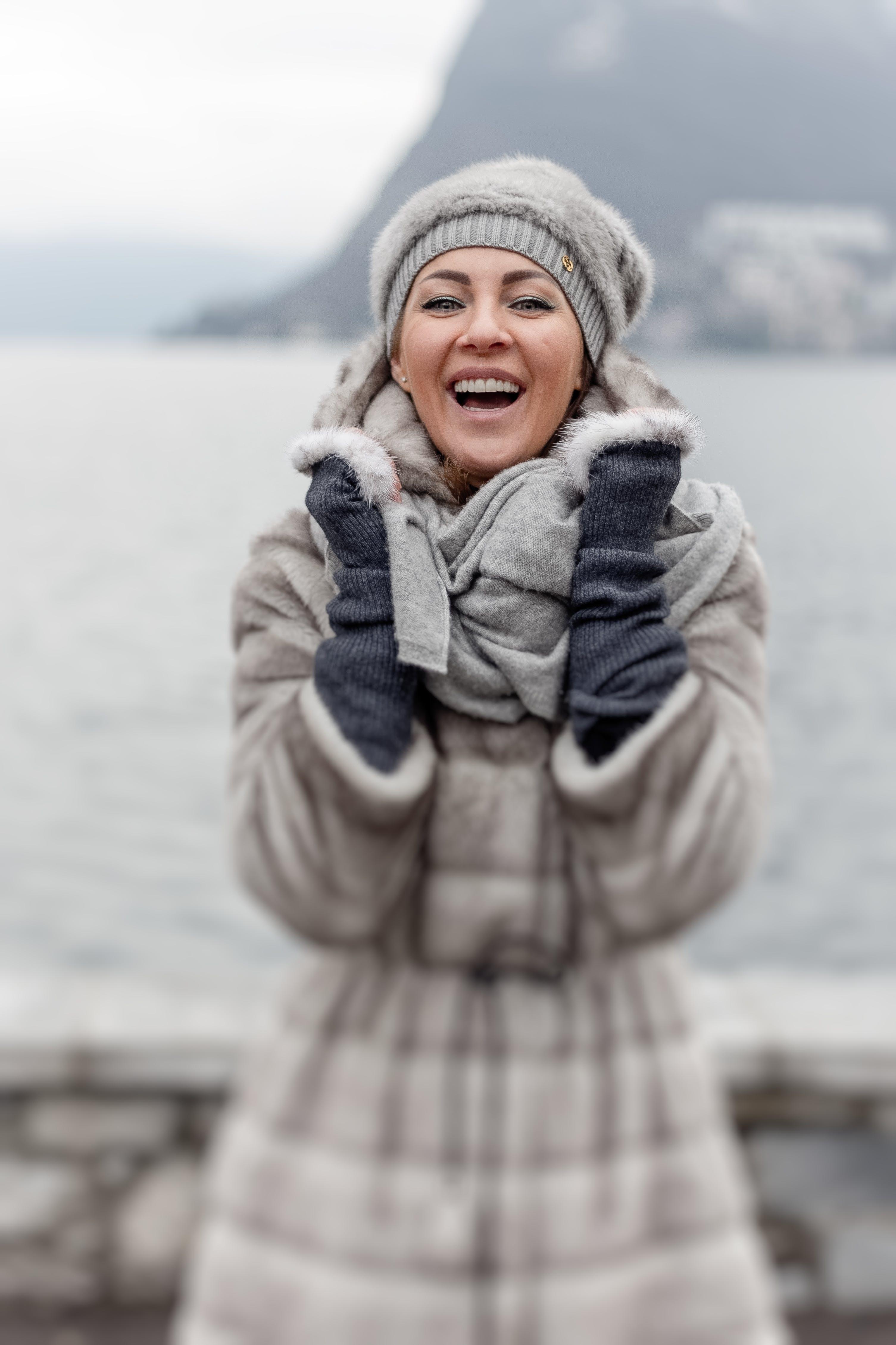 Gratis lagerfoto af beanie, forkølelse, grin, halstørklæde