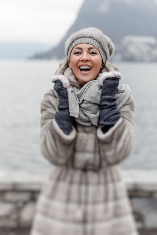 atkı, ayakta, gülmek, gülümsemek içeren Ücretsiz stok fotoğraf