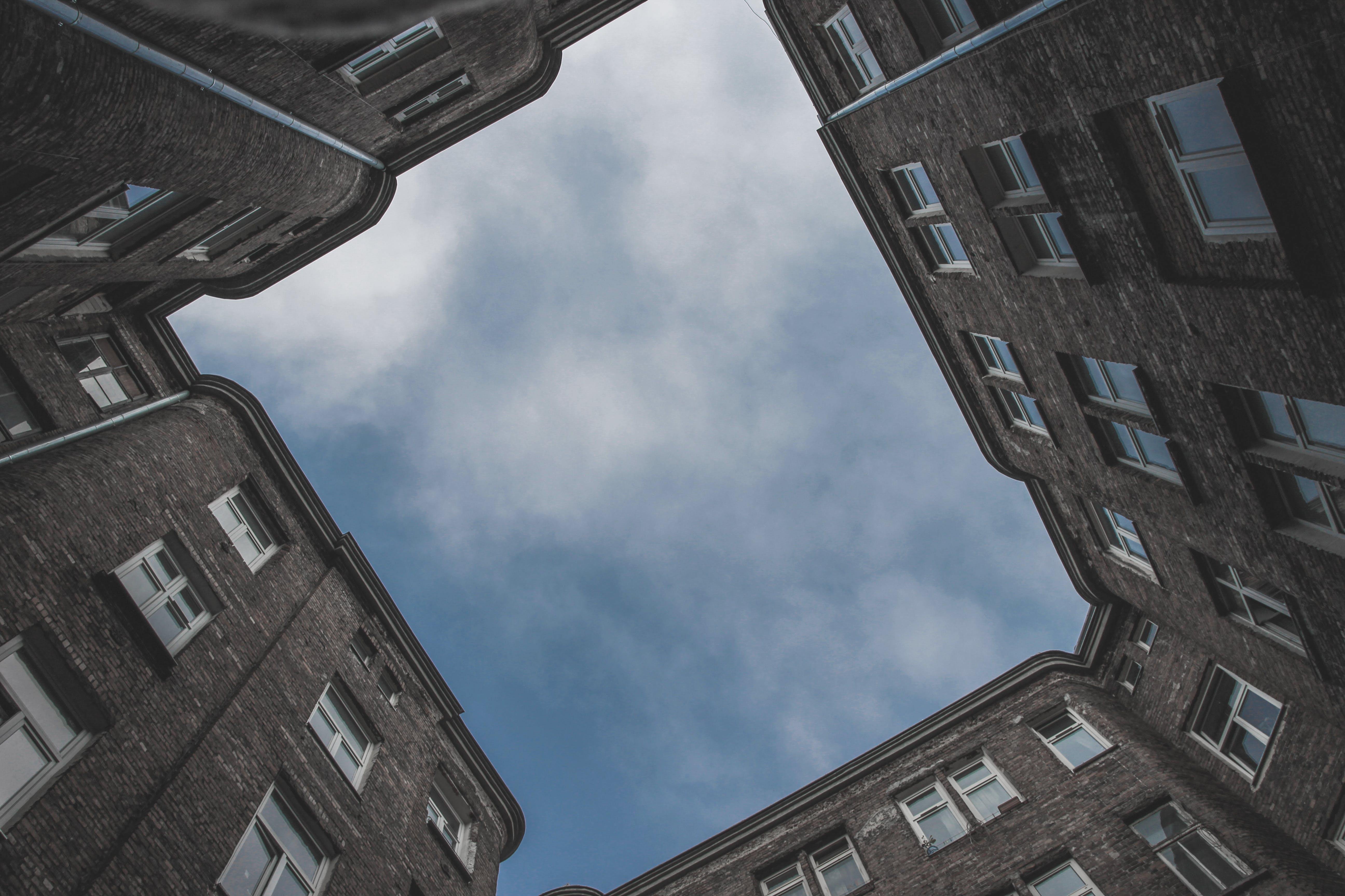 Gratis stockfoto met architectuur, gebouw, gezichtspunt, lage hoek schot
