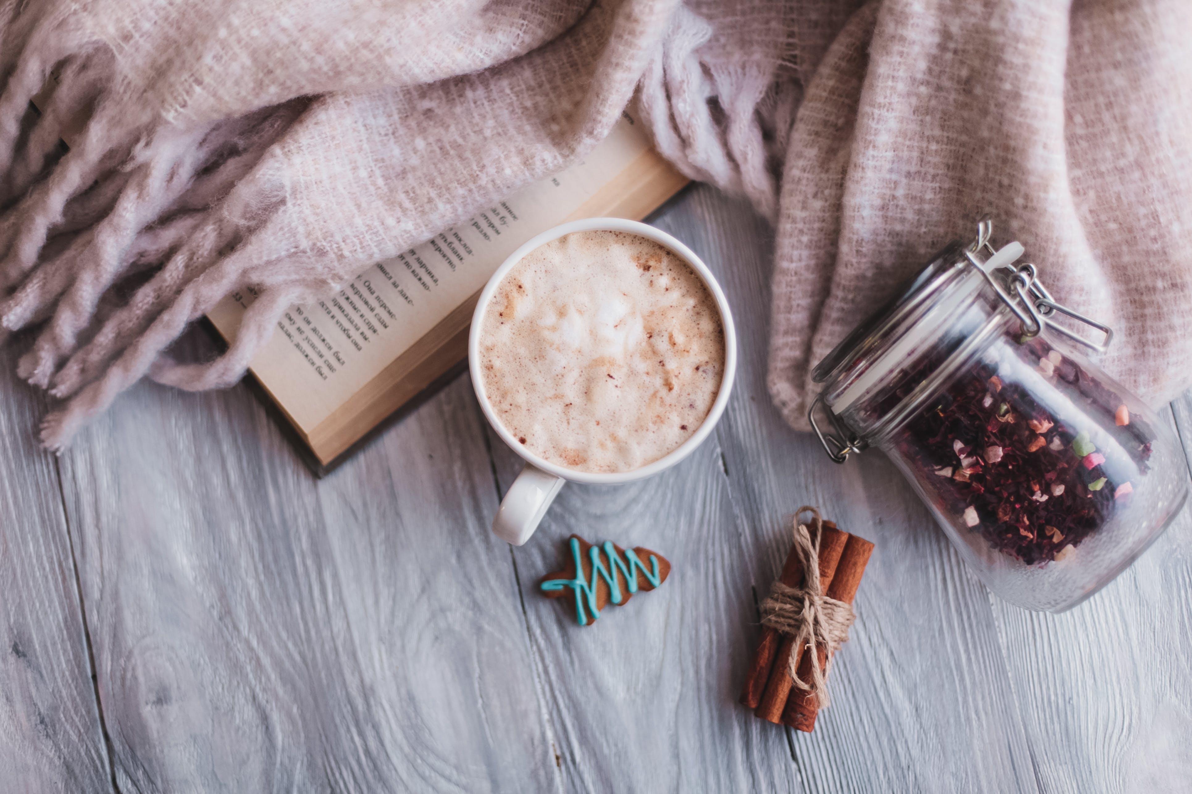 baharat, bir fincan kahve, düz yüzey, Fincan içeren Ücretsiz stok fotoğraf