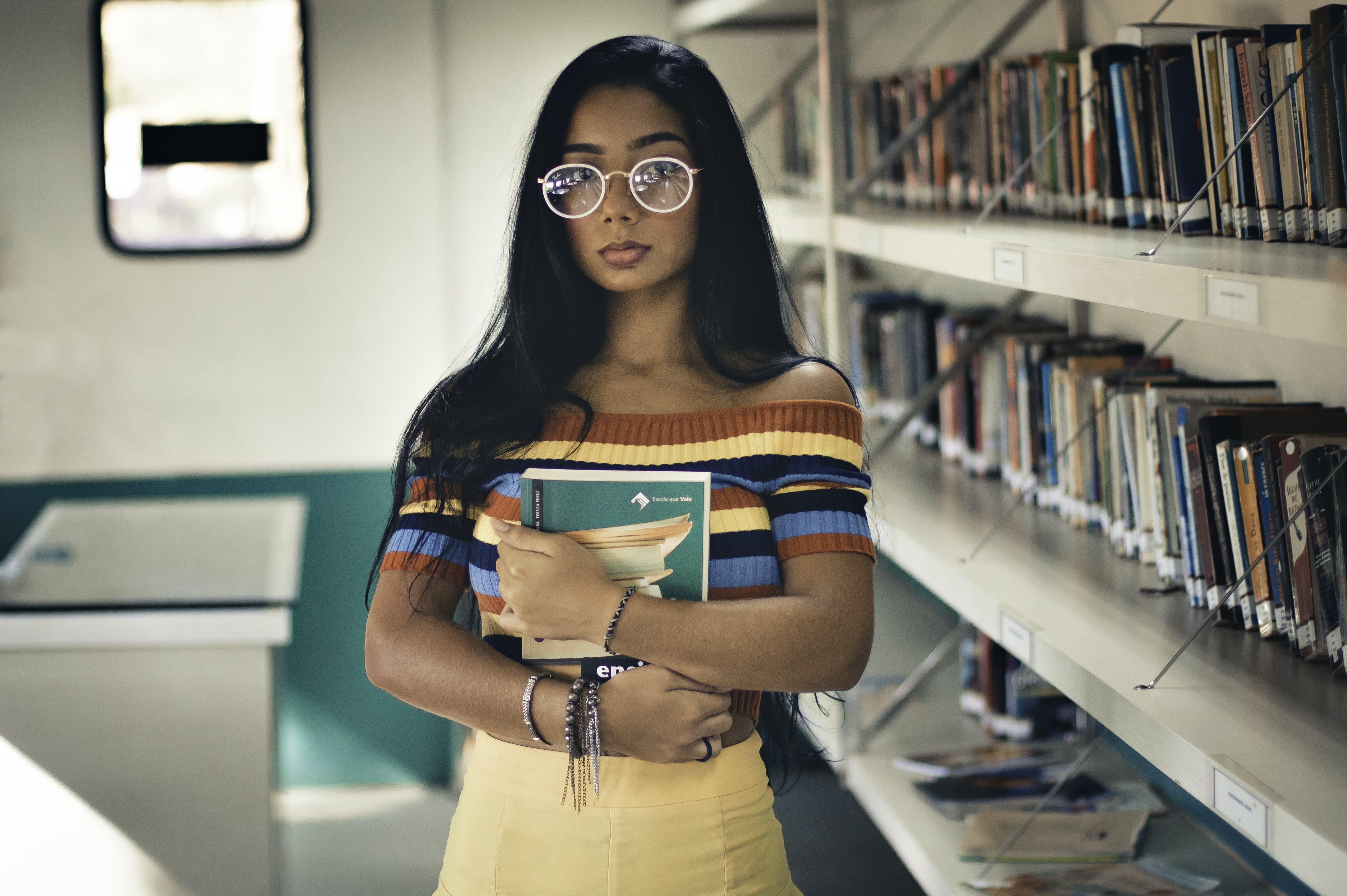 Kostenloses Stock Foto zu ausbildung, bibliothek, brillen, buch