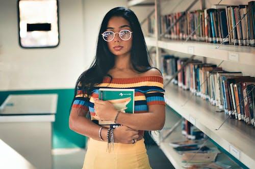 Foto profissional grátis de aluno, atraente, biblioteca, conhecimento