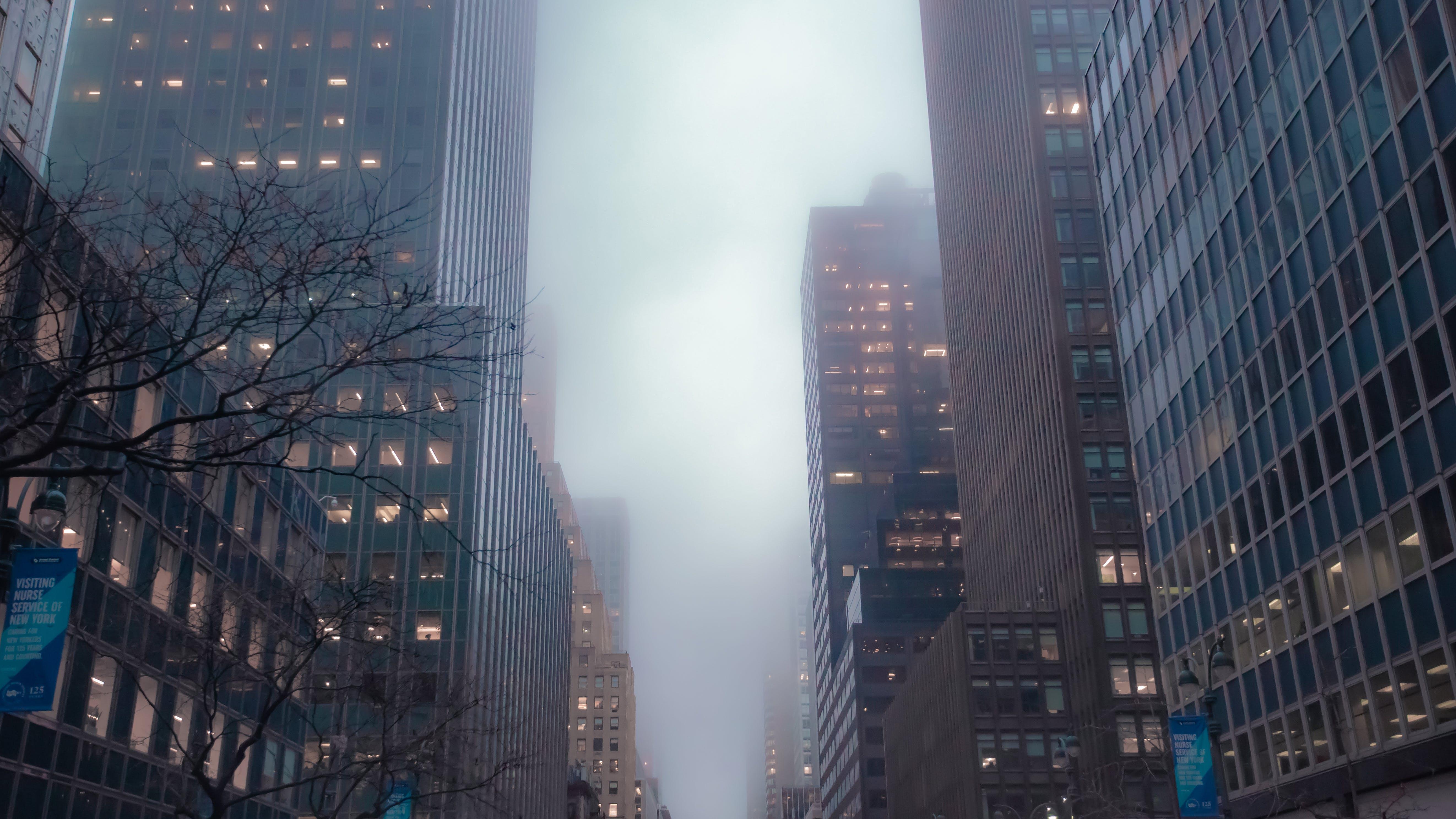 Kostenloses Stock Foto zu architektur, gebäude, innenstadt, nebel