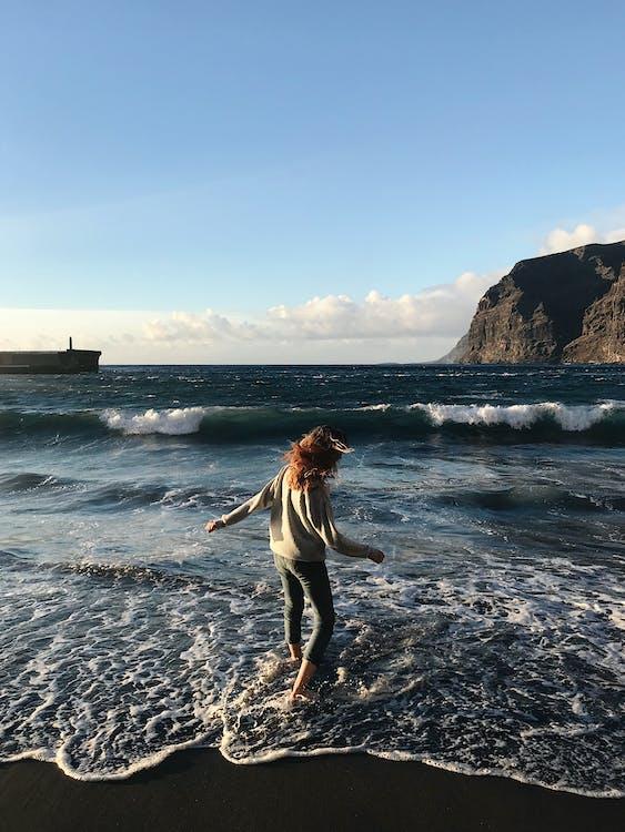 Sahil Kenarında Duran Kadın Fotoğrafı
