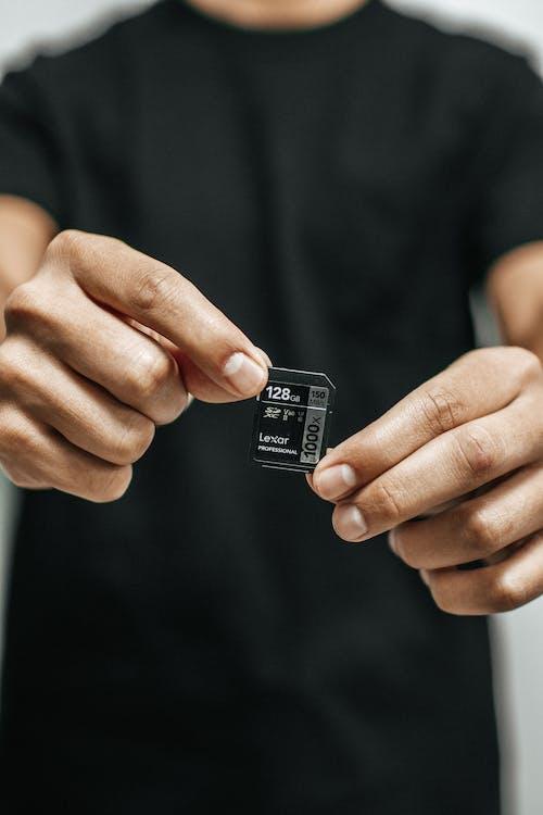 Ingyenes stockfotó kéz, kezek, memóriakártya, sd kártya témában