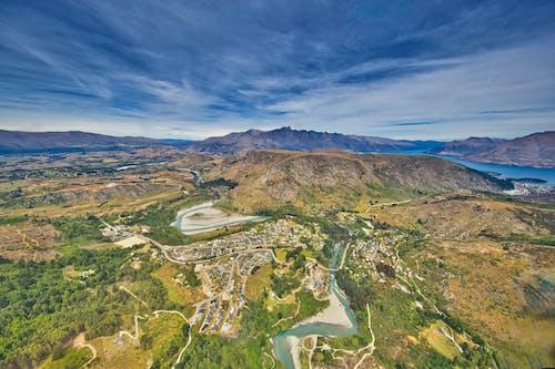 ağaçlar, dağlar, helikopter atış, Mavi su içeren Ücretsiz stok fotoğraf