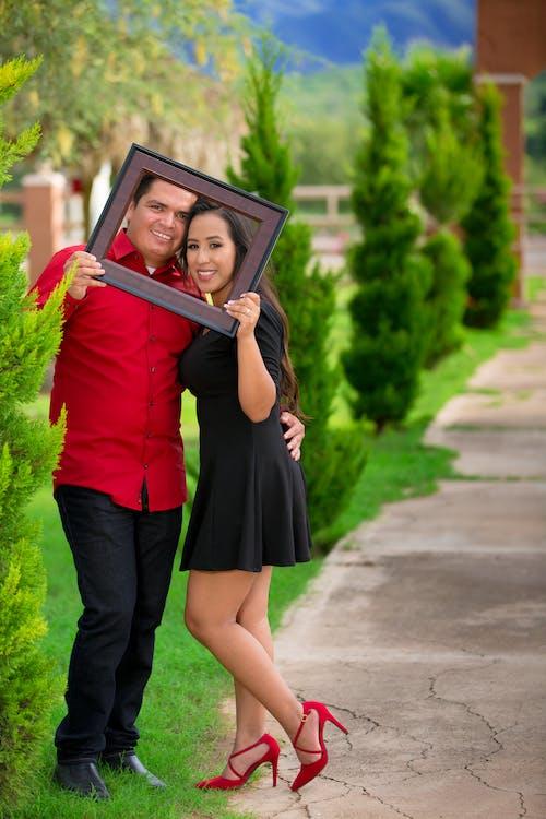 Foto d'estoc gratuïta de amor, camisa vermella, compromís, encantadora parella