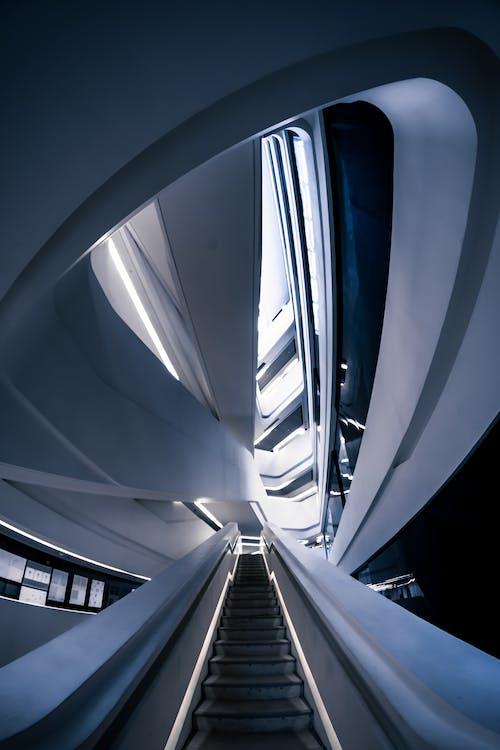 Бесплатное стоковое фото с архитектура, лестница, огни, перспектива